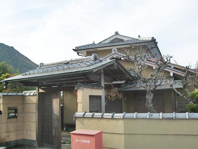 立派な門構えのある家